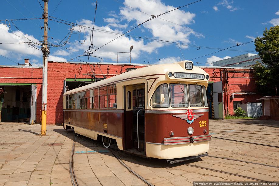 При разработке этой модели (по сравнению с РВЗ-57) вагон приобрел широкие двери без перегородки посредине и некоторые другие особенности, лишился не оправдавших себя гидравлических амортизаторов. В 1966 году были модифицированы тележки и элеткрооборудование, в 1975 году изменилась отделка кузова и вагон вновь приобрел способность эксплуатироваться по системе многих единиц, однако для Москвы, покоренной Татрой, увы, эти модификации уже не имели никакого значения.