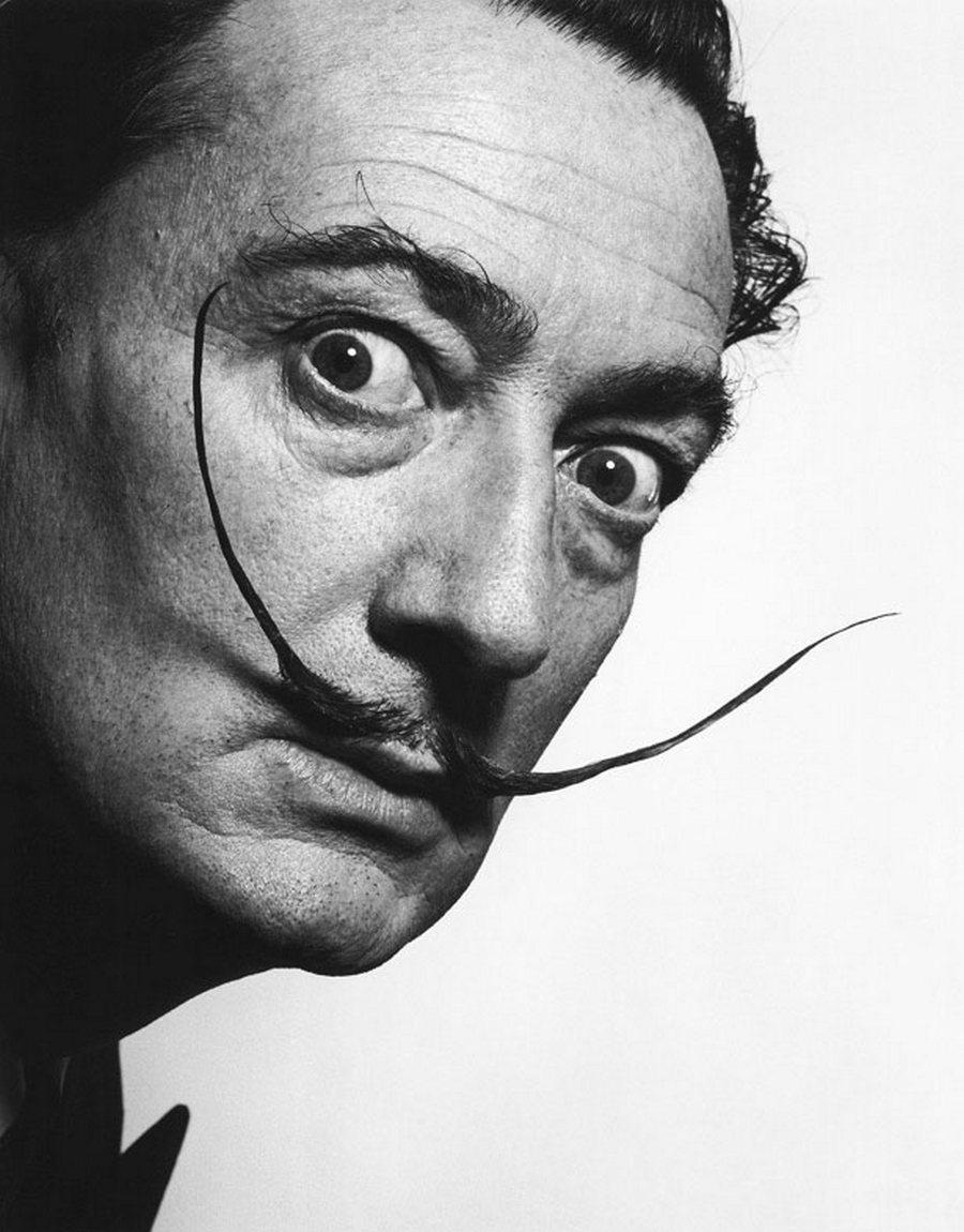 25)  Сальвадор Дали. Дали был художником-сюрреалистом, создавший большое количество работ, включая фильм, скульптуры и конечно картины. Кроме того. Он работал с Хичкоком над фильмом «Завороженный», при чем и художник и режиссер ненавидели этот фильм. Знаменитые усы как нигде лучше запечатлены на этой фотографии 1942 года. Дата: 1942. Фотограф: Philippe Halsman.