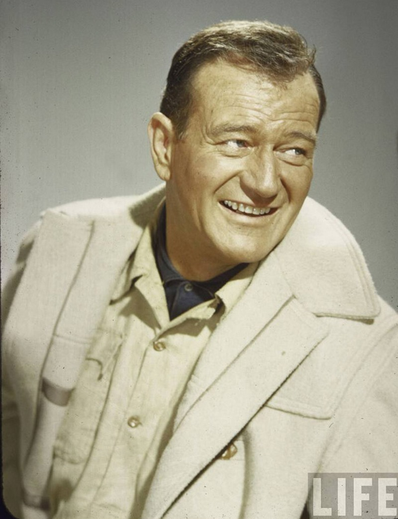 25) Джон Уэйн. Благодаря мужественной внешности Уэйну не раз доставались главные роли в вестернах. Всего же в его жизни было 142 главных роли. Дата: 1957. Фотограф: Loomis Dean.