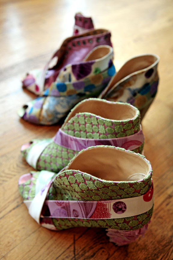 26) Декорированные туфли Custo Barcelona подготовлены для модного показа.