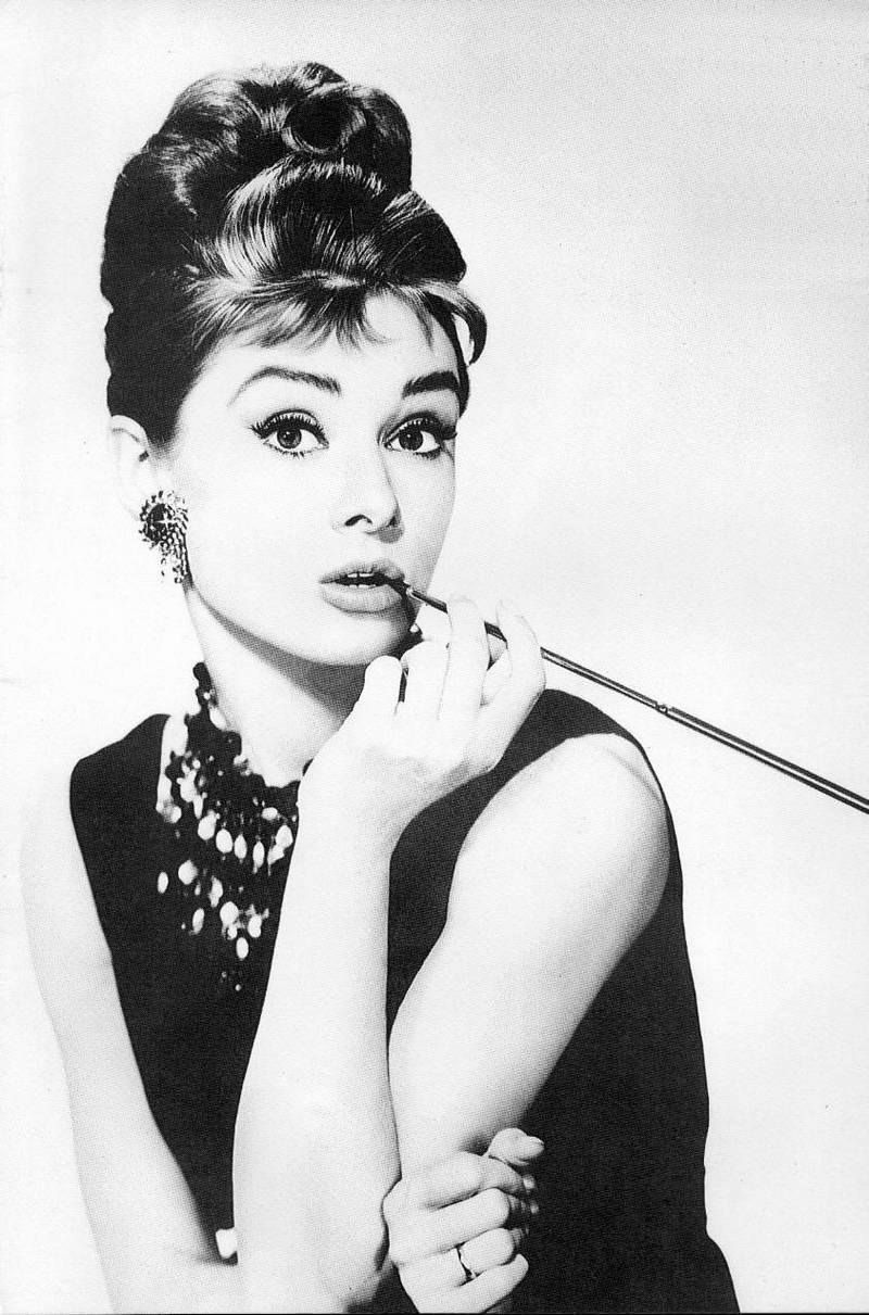 27) Одри Хэпберн. Эта фотография для издания «Breakfast at Tiffany's» считается самым известным снимком Одри Хэпберн. Хэпберн была выбрана из труппы танцоров-профессионалов на главную роль в постановке «Gigi» на Бродвее в 1951 году. Она стала всего лишь третьей актрисой, которая получила за свою роль в «My Fair Lady» гонорар равный одному миллиону долларов. Дата: 1961. Фотограф: John Kobal.