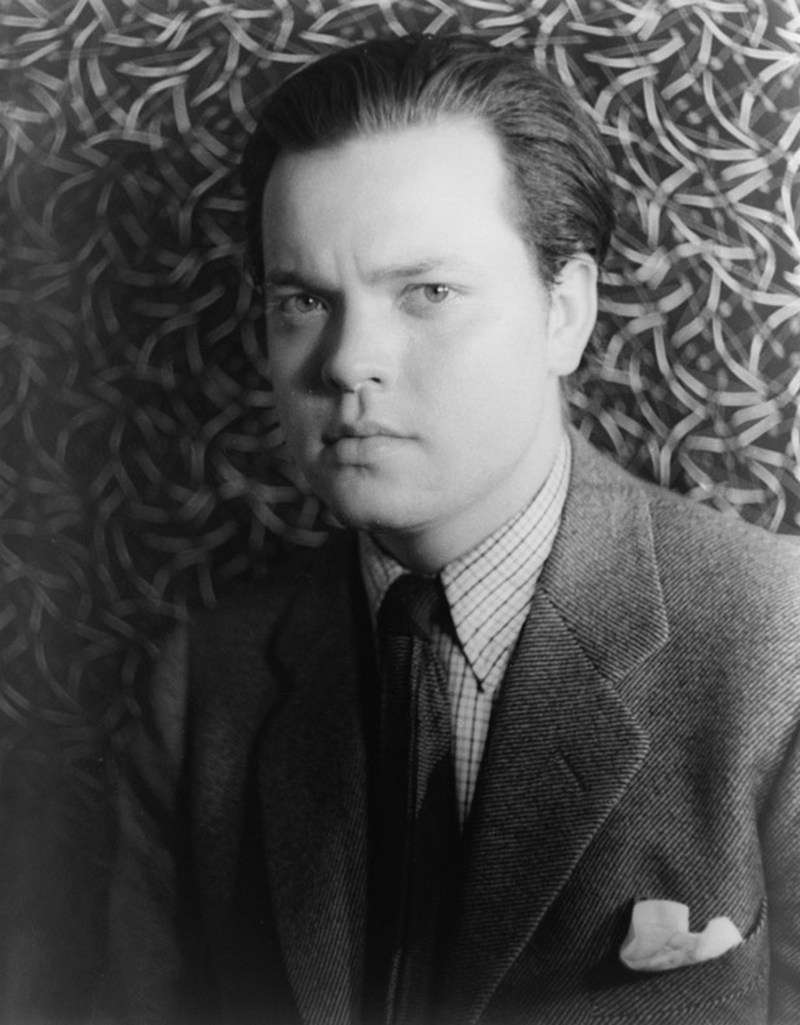 26) Орсон Уэллс. Орсон Уэллс много работал как на телевидении, так и в кино и на радио. Известность ему принесла его передача на радио «War of the Worlds», она была настолько реалистична, что зрители действительно верили, в реальность всего происходящего. Дата: 1937. Фотограф: Carl Van Vechten.