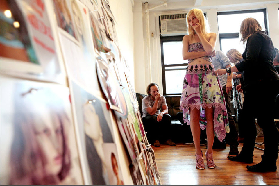 27) Модель изучает доску во время переодевания за кулисами модного показа Custo Barcelona.