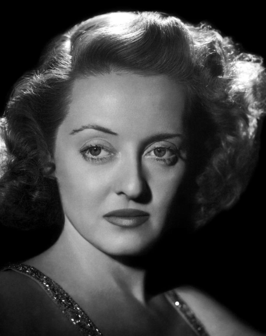 28) Бетт Дейвис. Бетт Дейвис была не только известной актрисой, но и стала первой женщиной-президентом Академии Кинематографических Искусств и Наук. Дата и фотограф: неизвестны.