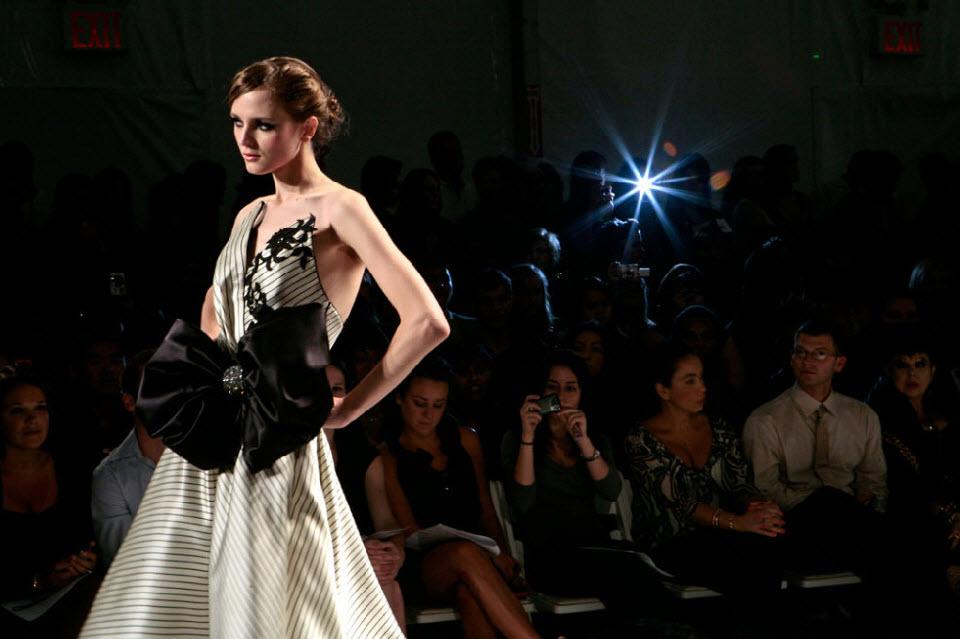 28) Модель идет по подиуму во время модного показа Venexiana.