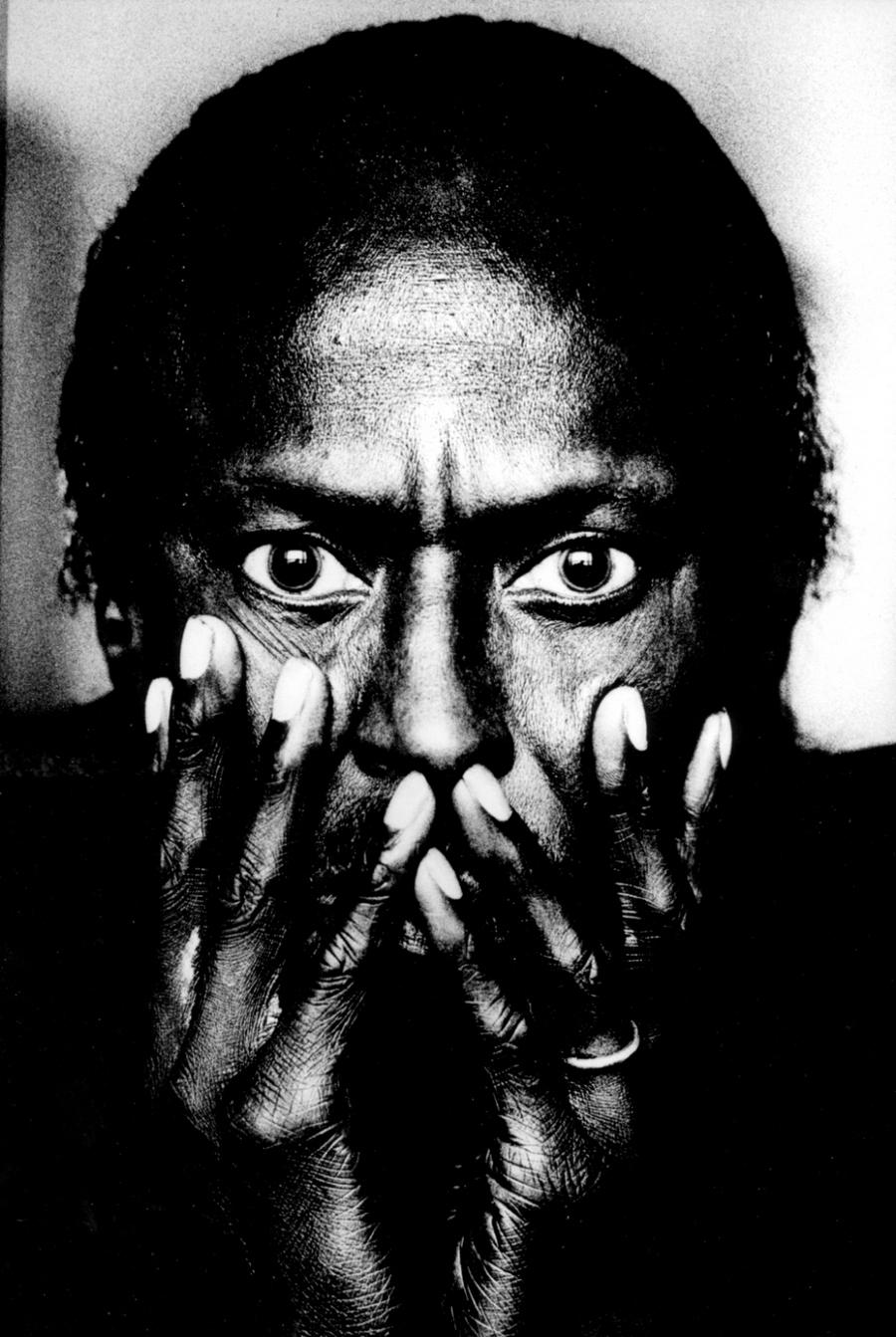 29) Майлз Дэвис. Дэвис играл не переставая с самого детства и до самой смерти в 1991 году. В 1991 году он был удостоен Грэмми за пожизненные достижения в музыке. Дэвис был далеко не первым джазовым музыкантом, но именно его влияние стало ключевым для развития джаза. Дата и фотограф: неизвестны.