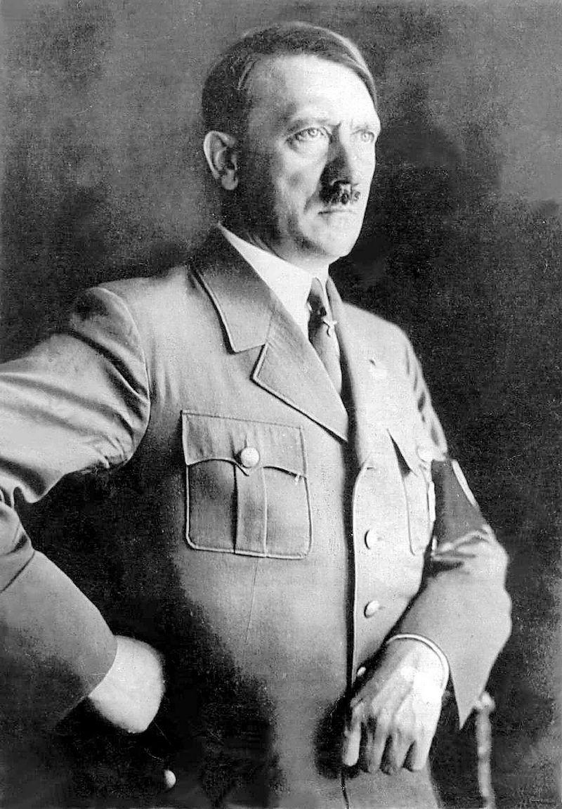 29) Адольф Гитлер. После того как Гитлер стал бесспорным политическим лидером, многочисленные военные действия позволили ему называть себя Фюрером Германии. Его взгляды на объединение Германии разделял почти весь электорат Германии, но темная сторона его намерений и последовавшая за этим Вторая Мировая Война привели к уничтожению Германии и краху самого Гитлера. Дата: примерно 1932. Фотограф: неизвестен.
