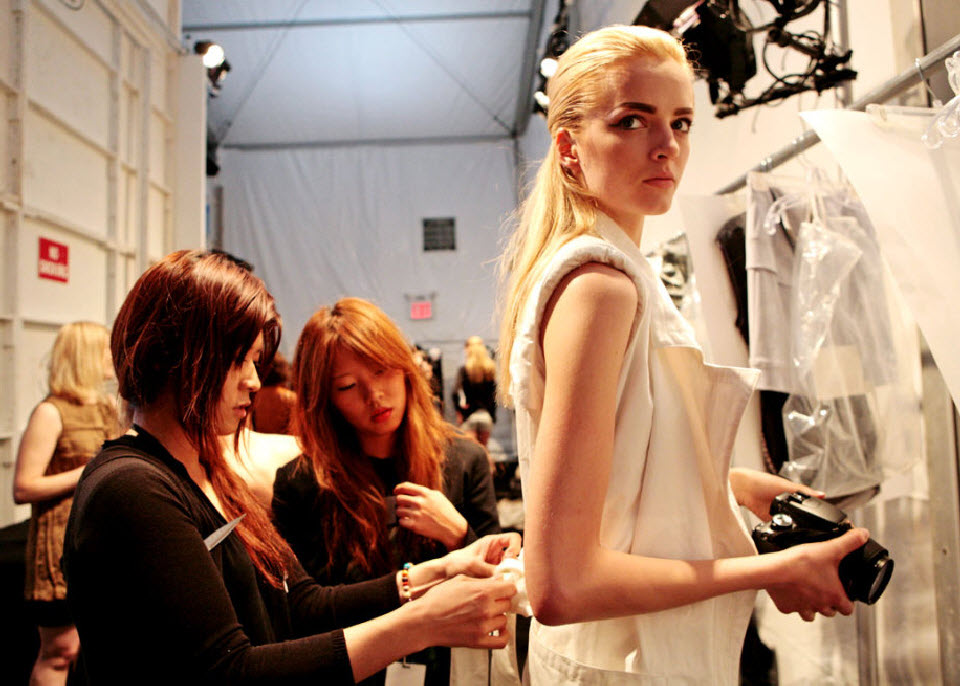 30) Модель переодевают за кулисами модного показа Николь Миллер (Nicole Miller).