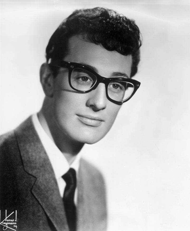 """30) Бадди Холли. Он стал пионером рок-н-ролла и вдохновителем легендарных музыкантов, которые появились после него, например, «Битлз» и Боб Дилан. Смерти Бадди Холли была посвящена песня """"American Pie""""  Дона МакЛина. Дата: 1950-ые. Фотограф: Associated Press."""