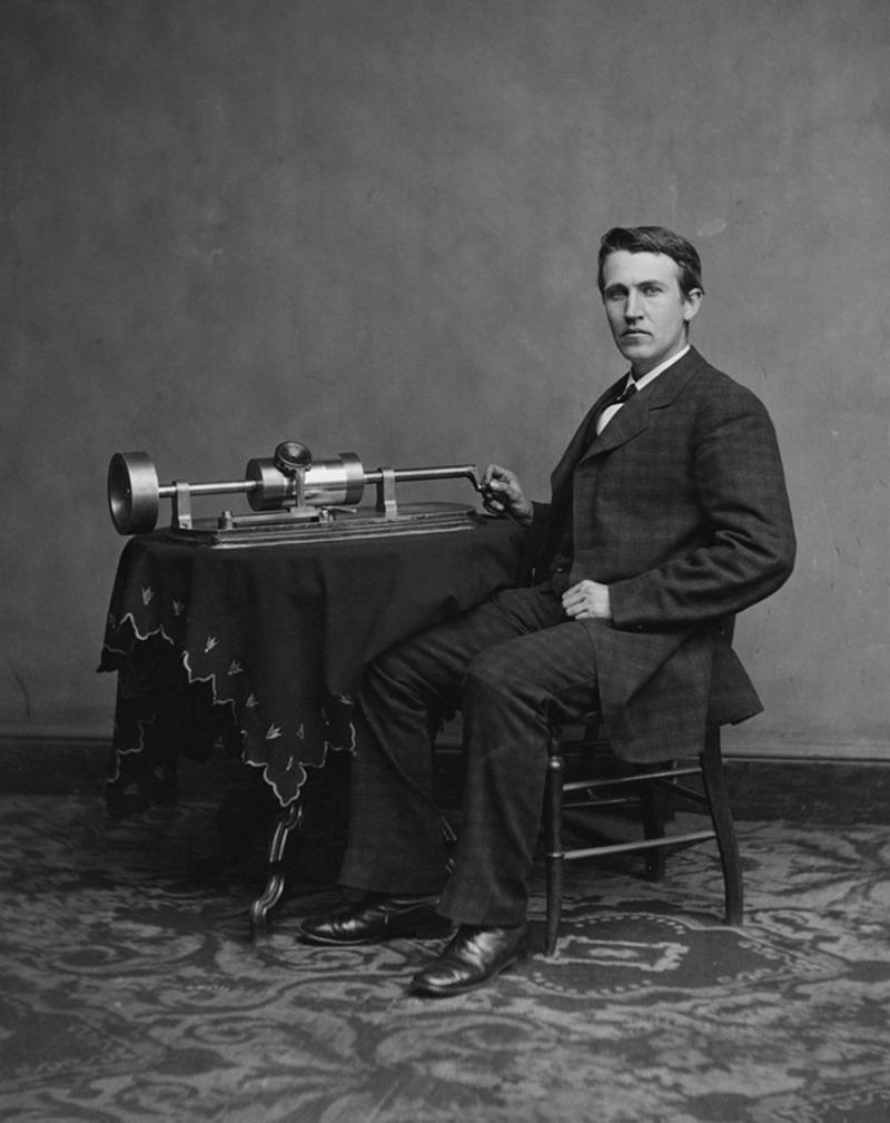 29) Томас Эдисон. Этот снимок молодого Эдисона сделан при помощи фотоаппарата, который он сам изобрел. Но большую популярность он приобрел благодаря изобретению электрической лампочки. Дата: 1877-1878. Фотограф: Levin C. Handy.
