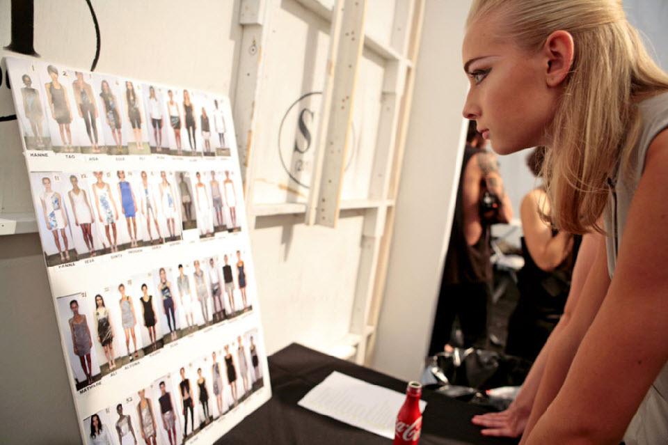 31) Модель смотрит на себя во время подготовки к модному показу Николь Миллер.