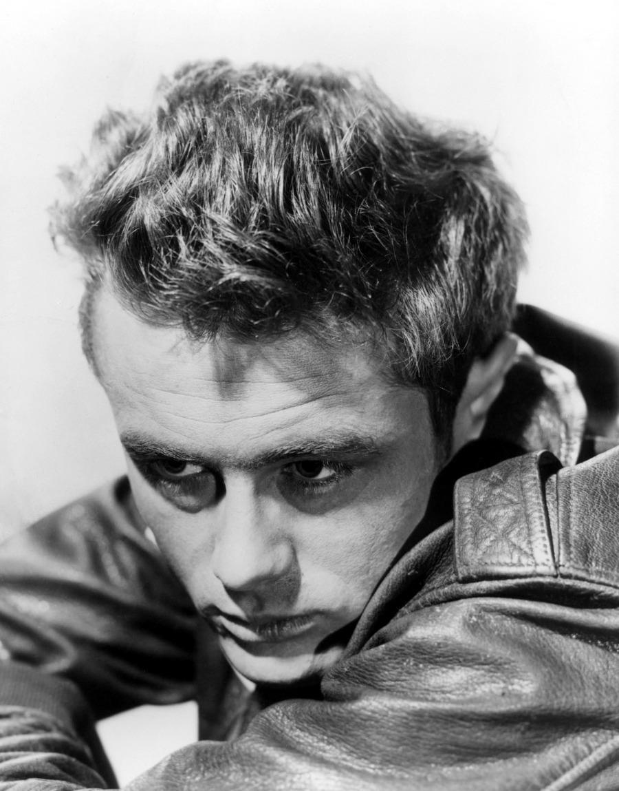 33) Джеймс Дин. Джеймс Дин по праву считается одним из величайших актеров всех времен и народов. Его привлекательная внешность лишь дополняла его великолепную игру в таких фильмах как «Гигант» и «Бунтовщик без причины». Дата: 1955. Фотограф: рекламный снимок для «Schlitz Playhouse of Stars».