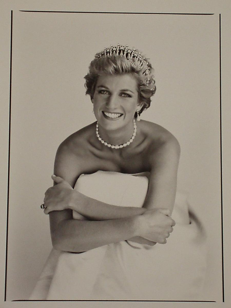 34) Принцесса Диана. Принцесса Диана вышла замуж за принца Чарльза, но буквально через несколько лет их брак расстался из-за его постоянных ухаживаний за Камиллой Паркер Боулз – сейчас она является его законной женой. Постоянно занимаясь благотворительностью и организовывая различную гуманитарную помощь, вплоть до своей смерти, она завоевала сердца не только англичан, но и сердца других людей по всему миру. Патрик Демаршелье был любимым фотографом принцессы. Именно этот его снимок был размещен в журнале «People» после смерти Дианы в 1997 году. Дата: 1990. Фотограф: Patrick Dermarchelier.