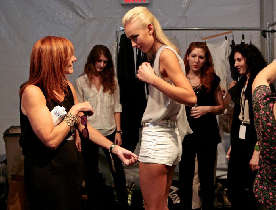 33) Николь Миллер говорит с моделью до начала показа.