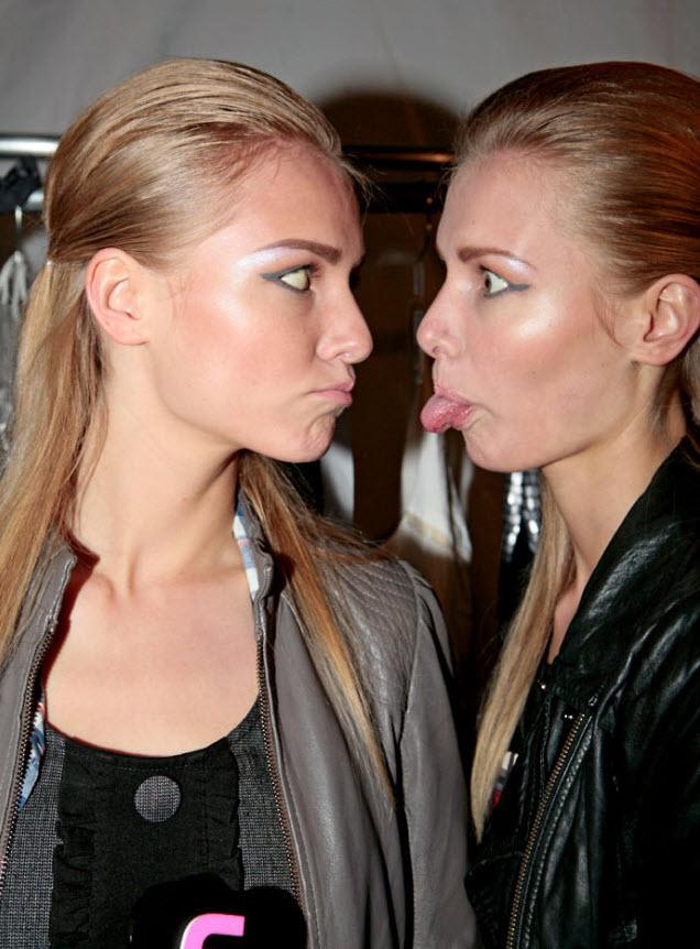 34) Кто сказал, что моделям не умеют веселиться? Девушки резвятся перед началом показа Николь Миллер.