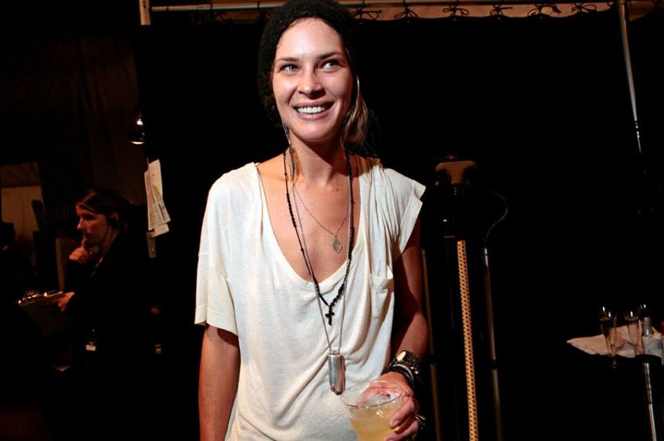 36) Модель и дизайнер Эрин Вассон за кулисами своего шоу.