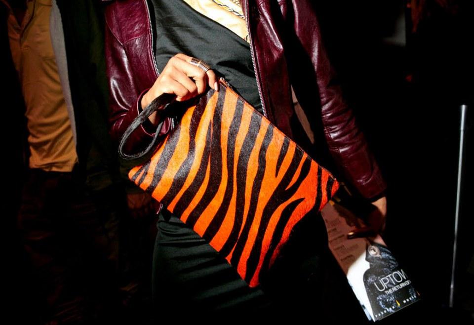 38) Гостья недели моды держит неоновый леопардовый клатч.