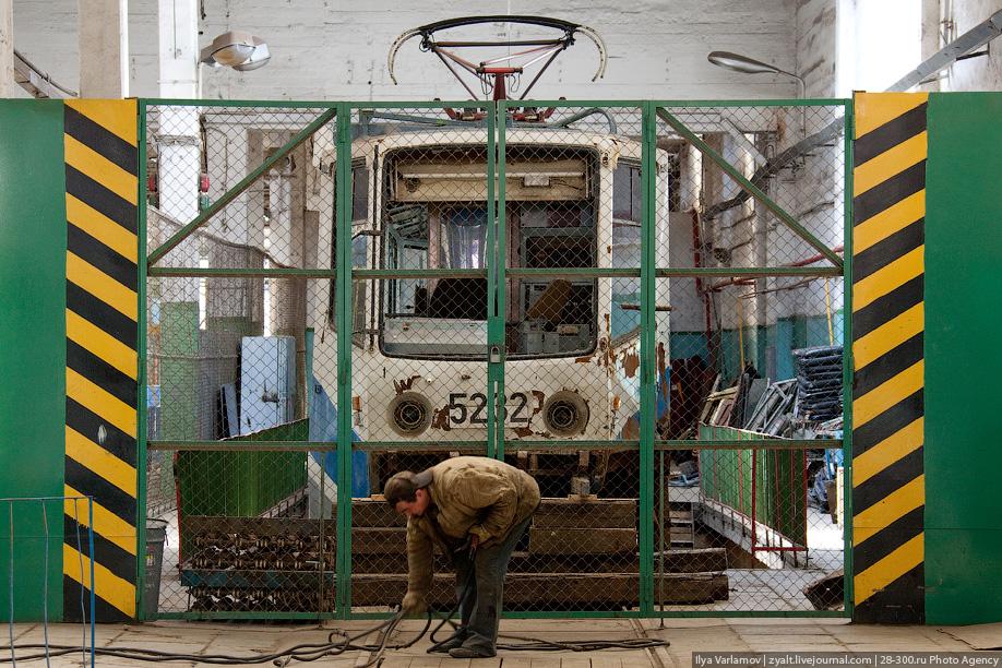 Если произошло ДТП, собирается комиссия, которая решает, что делать с трамваем — самостоятельно ремонтировать в депо (если не повреждена рама), отправить на завод или же списать. Списать могут и старый трамвай, который ремонтировать уже слишком дорого.