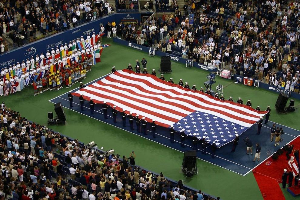 5. Огромный американский флаг на церемонии открытия чемпионата по теннису U.S. Open 31 августа 2009 года на главном корте имени Артура Эша. (Julian Finney / Getty Images)