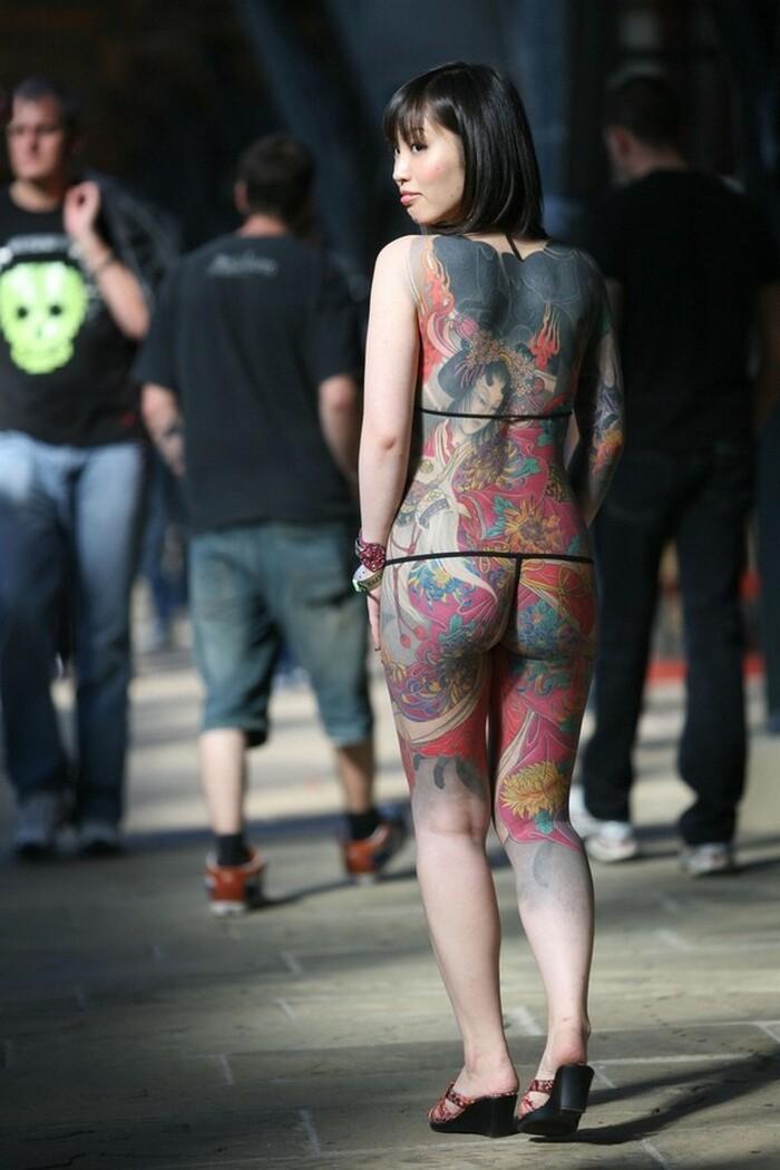 10) 8) Татуированная с головы до ног девушка позирует фотографам на международном фестивале тату в Лондоне. (AFP PHOTO/Tal Cohen)