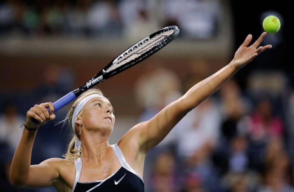 6. Мария Шарапова подает в матче с Цветаной Пиронковой на чемпионате U.S. Open в Нью-Йорке во вторник. Это первое появление Шараповой на U.S. Open с 2007 года. (Jeff Zelevansky / Reuters)
