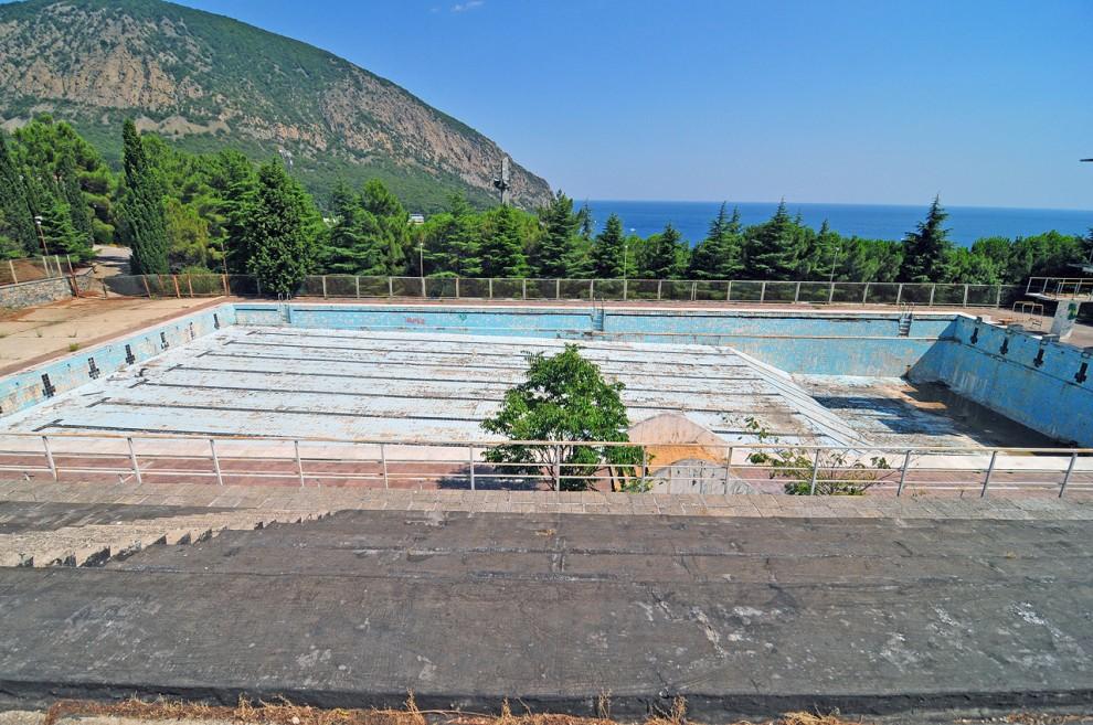 8) Заброшенный плавательный бассейн с вышками на 3,5,7 и 10 м.