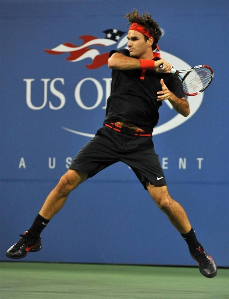 9. Первый сеяный Роджер Федерер отбивает удар Симона Гройля, над которым он одержал победу со счетом 6-3, 7-5, 7-5. Этот матч посмотрело рекордное количество зрителей – 24 206. (Jason Szenes / EPA)