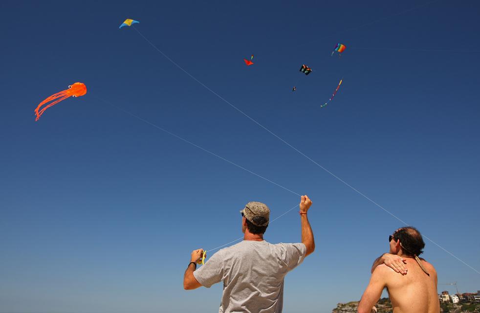 2) Люди запускают воздушных змеев на фестивале Бонди Бич 13 сентября в Сиднее. Фестиваль прошел тут уже 30 раз. (Getty Images/Cameron Spencer)