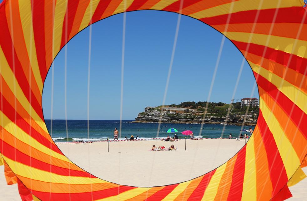 """3) Бумажный змей в небе во время Фестиваля ветров на Бонди Бич 13 сентября в Сиднее. Фестиваль привлекает экспертов в области """"змеестроения"""" не только из Австралии, но и из других стран (Getty Images/Cameron Spencer)"""