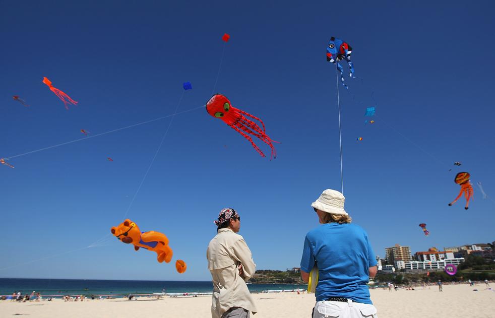 4) Женщина запускает в небо змея на Bondi Beach 13 сентября в Сиднее. (Getty Images/Cameron Spencer)