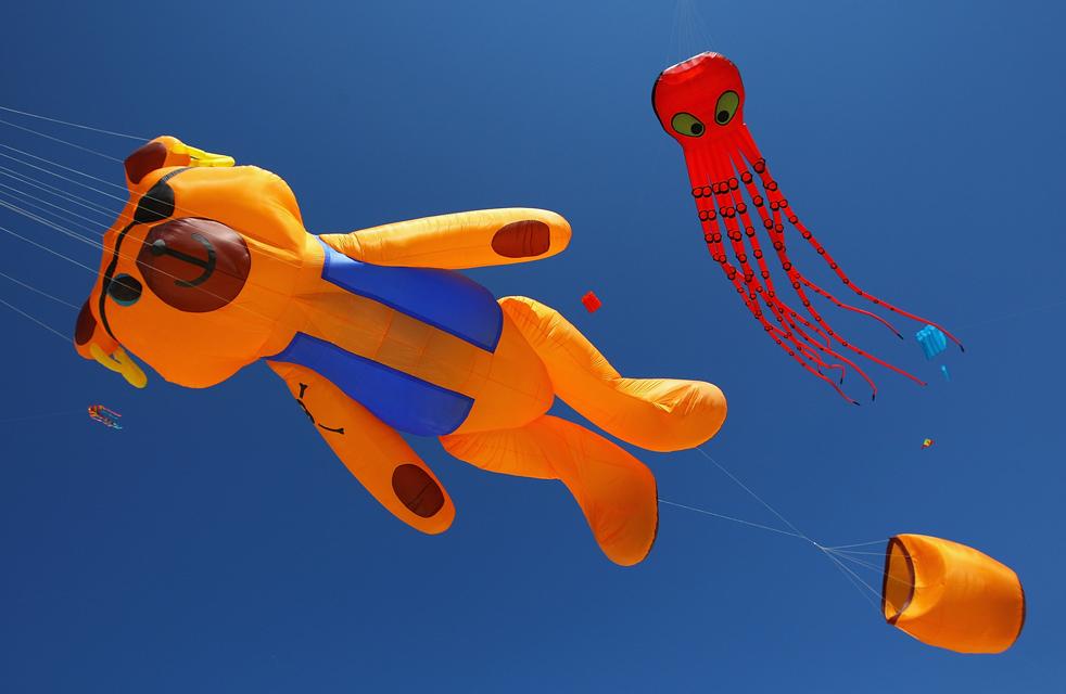 6) Воздушные змеи летают в небе на Фестивале ветров на Bondi Beach 13 сентября в Сиднее, Австралия. (Getty Images/Cameron Spencer)