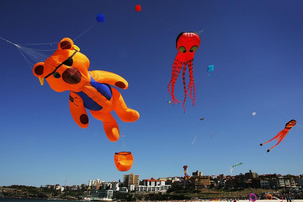 7) Воздушные змеи летают в небе во время фестиваля Бонди этого ветров на Bondi Beach 13 сентября в Сиднее, Австралия. (Getty Images/Lisa Maree Williams)