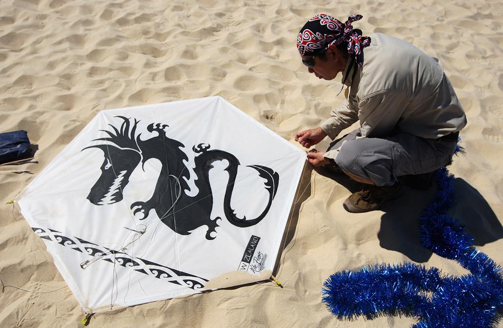 собирает змея на Фестивале ветров 13 сентября в Сиднее, Австралия.  (Getty Images/Cameron Spencer).