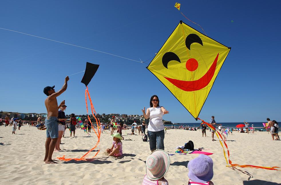 10) Вся семья участвует в запуске своего змея на пляже Бонди Бич 13 сентября в Сиднее, Австралия. (Getty Images/Cameron Spencer)