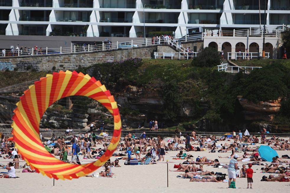12) Бумажный змей летит над пляжниками на Бонди Бич 13 сентября в Сиднее, Australia.(Getty Images/Lisa Maree Williams)