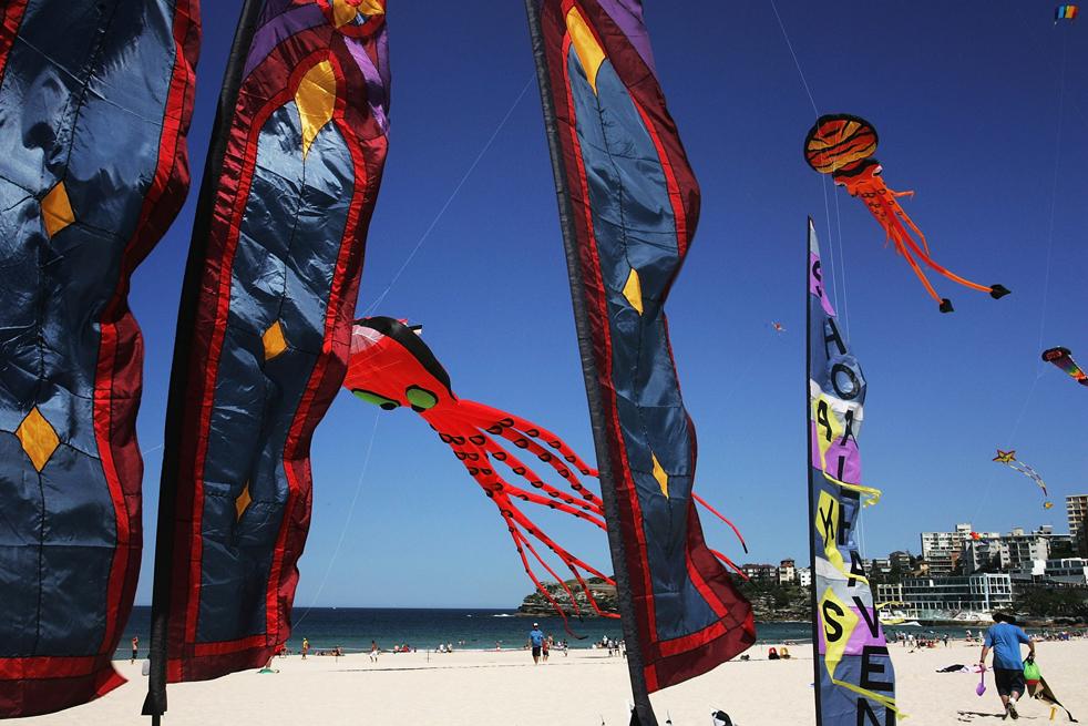 13) Воздушные змеи летают в небе во время Фестиваля ветров на Bondi Beach 13 сентября в Сиднее, Австралия. (Getty Images/Lisa Maree Williams)