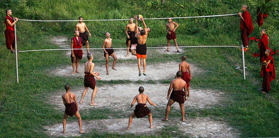 31) Монахи играют в волейбол в Samdrup Jongkhar в Бутан, 3 сентября. Пятьдесят лет назад Бутан представлял собой феодальное средневековое государство, в котором не было ни дорог, ни школ, ни больниц, ни каких-либо отношений с внешним миром. Сейчас в этой стране абсолютно бесплатные медицина и образование, а средний возраст жизни  увеличился с 40 до 66 лет. (REUTERS/Singye Wangchuk)