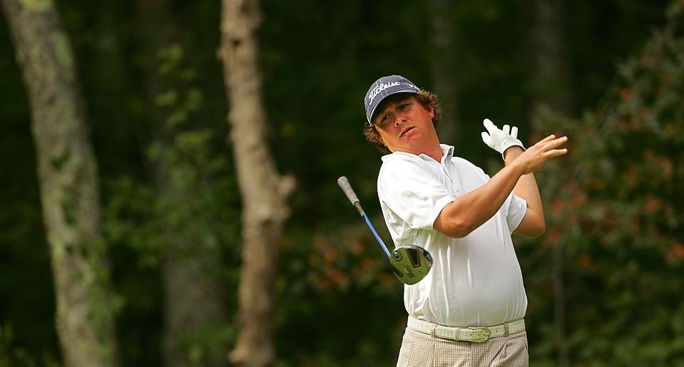26) Джейсон Дафнер бросает свою клюшку для гольфа во время Чемпионата «Deutsche Bank Championship», 5 сентября, Нортон, Массачусетс. (Michael Cohen/Getty Images)