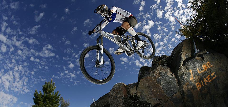 25) Прыжок Фабиана Барела на соревнованиях по даунхиллу во время Чемпионата Мира по триалу и велоспорту 2009, 6 сентября, Канберра. (Stefan Postles/Getty Images)