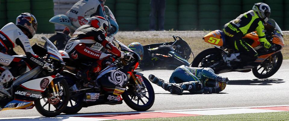 23) Серхио Гадеа падает  во время первого круга заезда итальянского Гранд-при, 6 сентября. (REUTERS/Giampiero Sposito)
