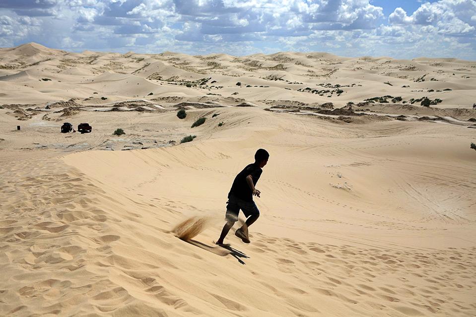 21) Мальчик бежит по песку в дюнах Samalyuca, Мексика, 6 сентября. Дюны Samalyuca являются самыми обширными и наиболее протяженными в Северной Америке. (REUTERS/Tomas Bravo)