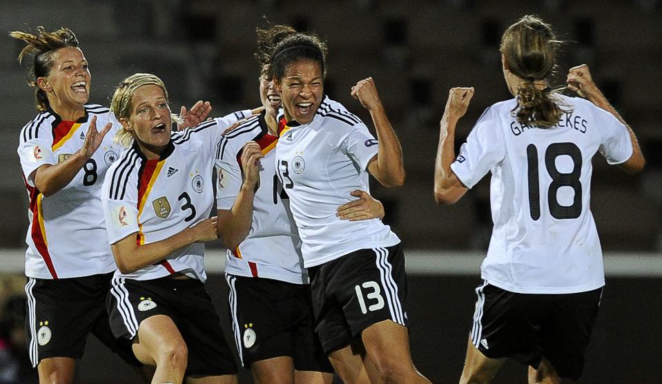 15) Немецкая команда радуется забитому мячу в ворота норвежской команды в полуфинальном матче женского Чемпионата Европы по футболу 2009, Хельсинки, 7 сентября. (OLIVIER MORIN/AFP/Getty Images)