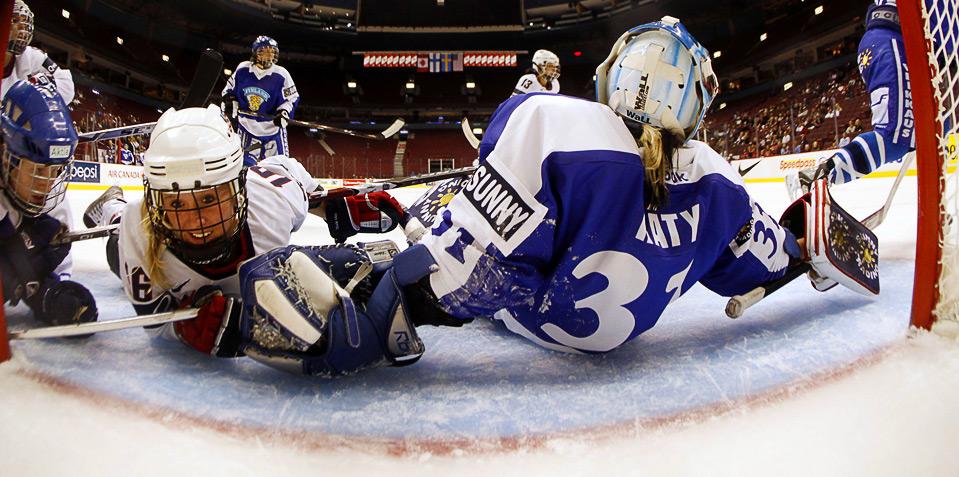 13) Нора Рэти из сборной Финляндии закрывает собой бросок американки Келли Стак во время полуфинального матча Хоккейного Кубка Канады в Ванкувере, 5 сентября. (REUTERS/Scott Audette)