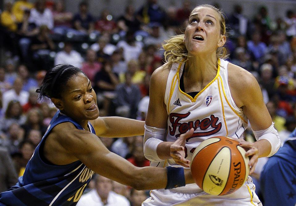 12) Алана Бирд из команды «Washington Mystics» фолит на Кэти Дуглас (справа) из «Indiana Fever» во время баскетбольного матча WNBA в Индионаполисе, 6 сентября. (AP Photo/Michael Conroy)