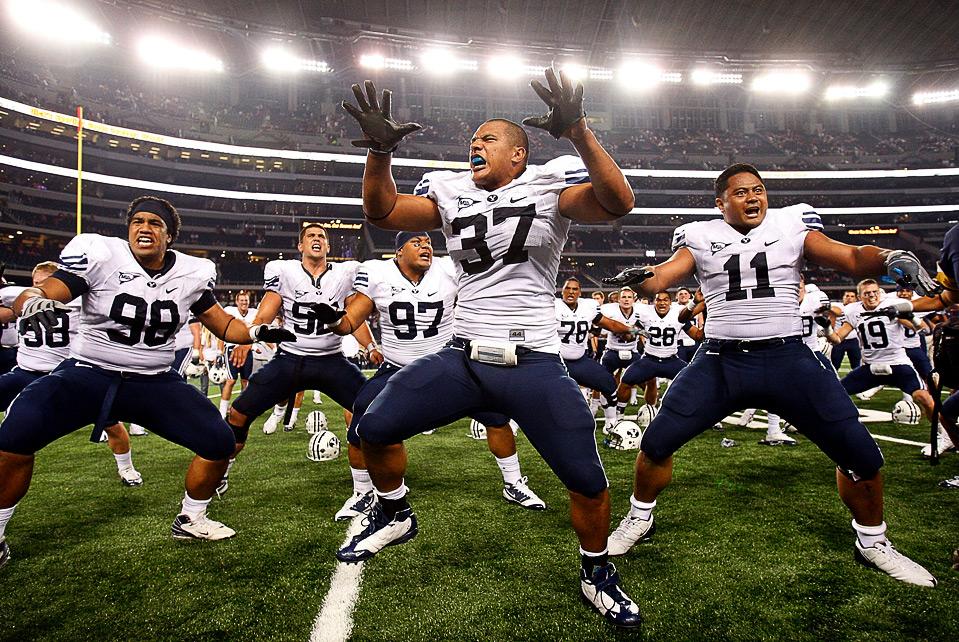 11) (слева направо) Румни Фуга, Вик Со'ото и Манас Тонго из команды «Brigham Young Cougars» отмечают победу над командой «Oklahoma Sooners» на стадионе «Cowboys» в Арлингтоне, Техас, 5 сентября. (Ronald Martinez/Getty Images)