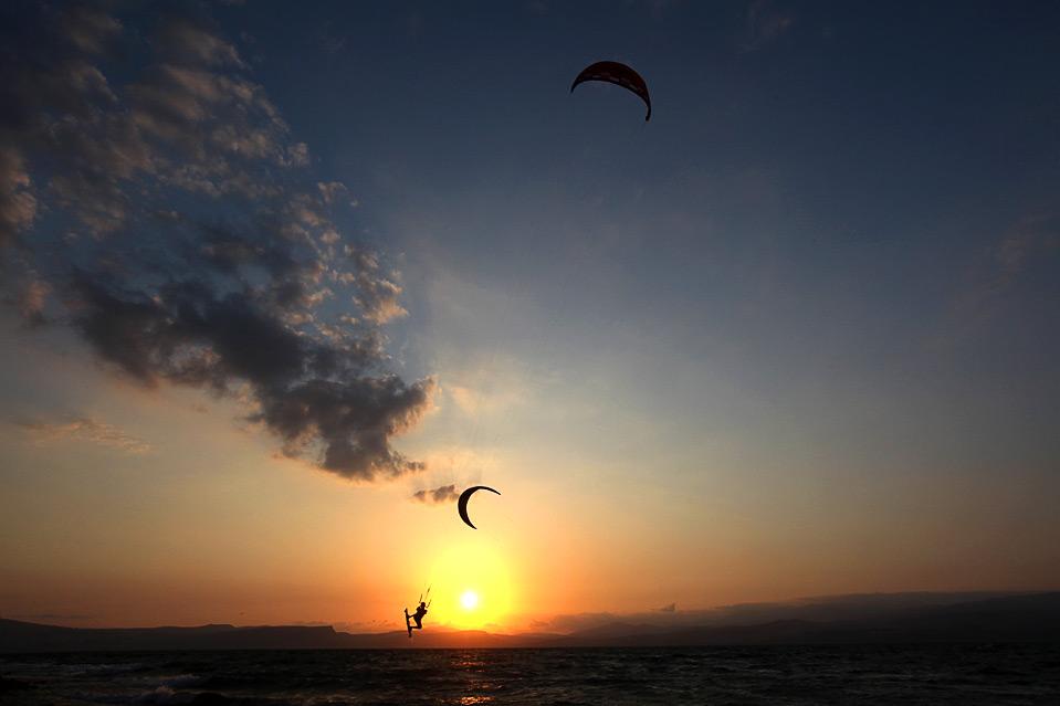 9) Прыжок кайтсерфера во время выполнения трюка в Галилейском море на севере от Израиля, 5 сентября. (MENAHEM KAHANA/AFP/Getty Images)