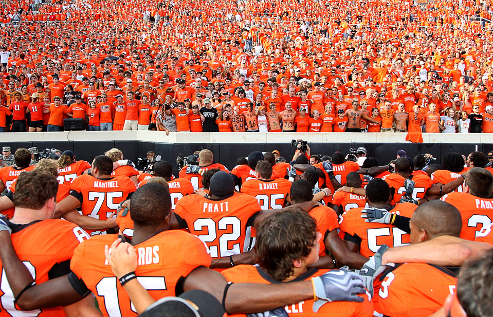 8) Игроки «Oklahoma State Cowboys» вместе со своими фанатами исполняют гимн колледжа после победы над командой «Georgia Bulldogs», 5 сентября, Оклахома. (Christian Petersen/Getty Images)