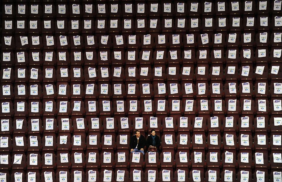 7) Болельщики ждут начала финальной хоккейной игры Кубка Канады между командами США и Канады, 6 сентября, Ванкувер. (Harry How/Getty Images)