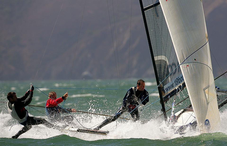 6) Команда «Yandoo» в составе: Джона Виннинга, Дэйвида Гибсона и Эндрю Хэйя участвуют в финальной гонке соревнований «18' Skill International», устраиваемых при поддержке «яхт-клуба Св.Франциска» у берегов Сан-Франциско, 4 сентября. (Ezra Shaw/Getty Images)