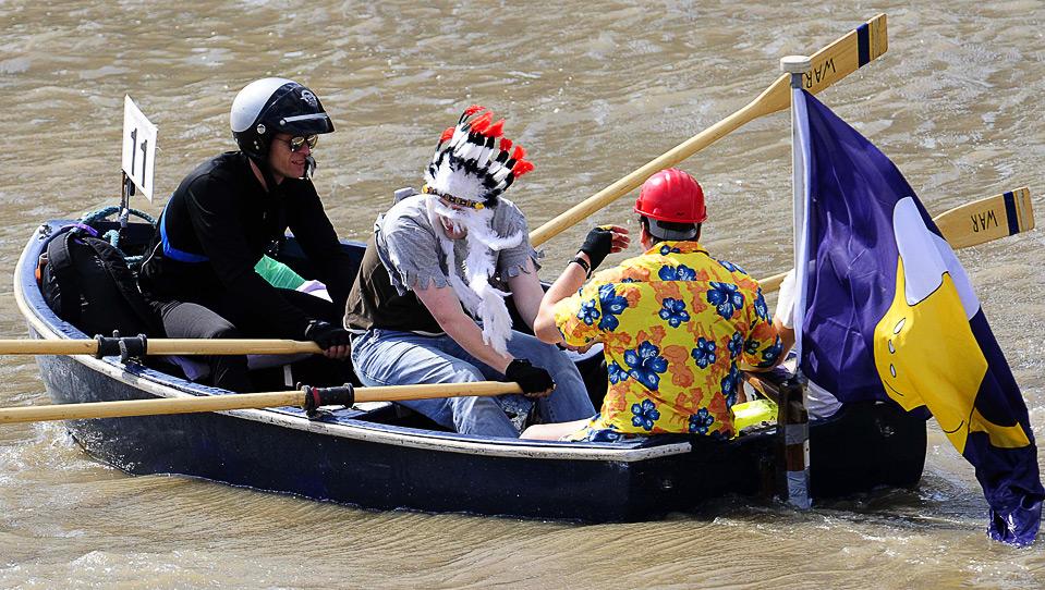 4) Участники гонки «Great River», проходящей на Темзе в Лондоне 5 сентября. 300 экипажей с разных концов света на различных лодках соревнуются в гонке на 35,4 км., маршрут которой пролегает от Лондона до Ричмонда. (REUTERS/Toby Melville)